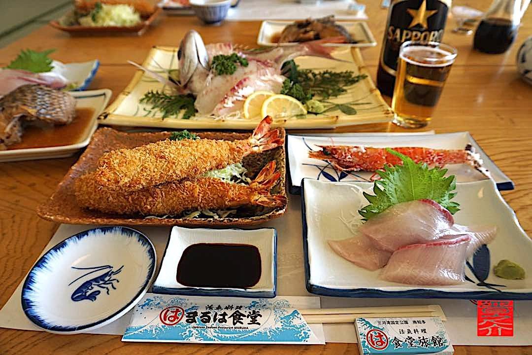 刺身盛りエビフライ煮魚ご飯味噌汁