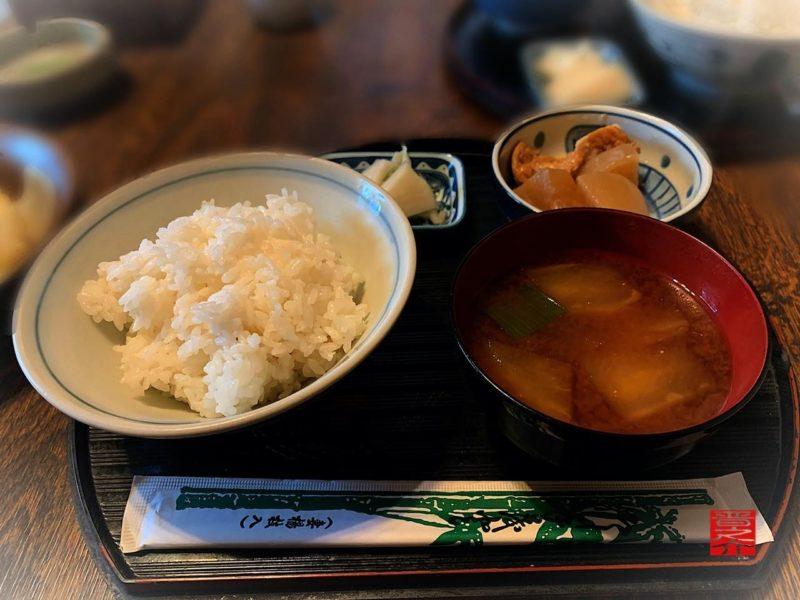 お食事みち草亭ご飯赤出汁煮物