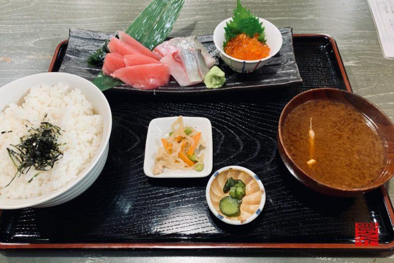 魚市場食堂平の屋三色丼