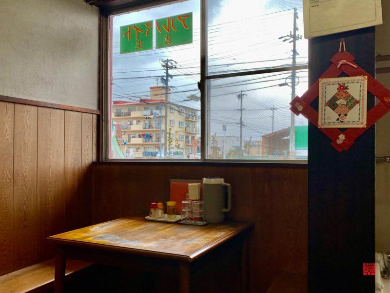 味覚亭テーブル窓辺