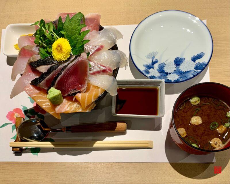 彩花亭海鮮丼